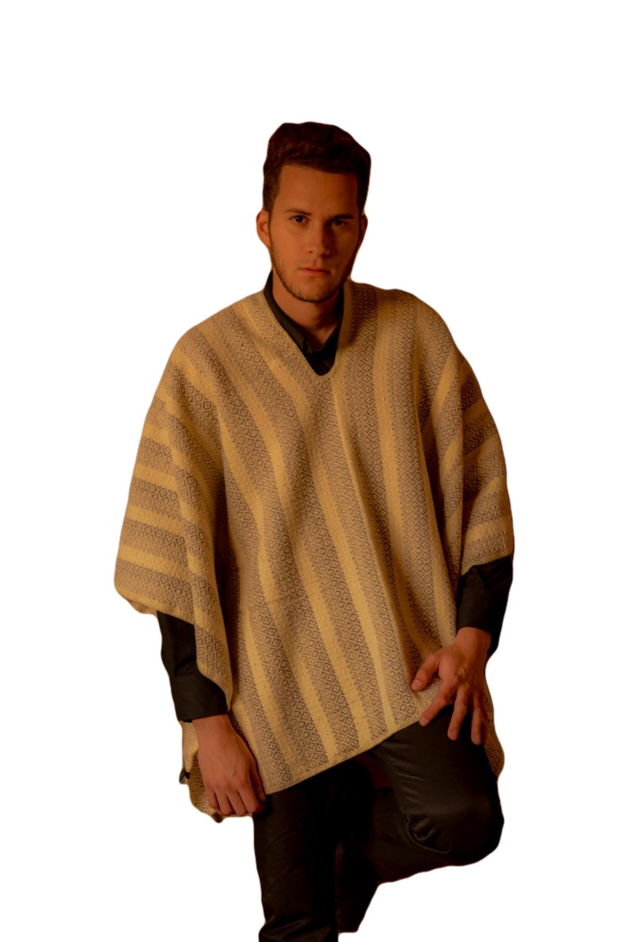Prenda icono de Colombia, con diseño y moda contemporánea Tejida en telar, Medidas: 150cm*125cm Material: Lana de oveja 100%.  Lavado a mano o lavadora ciclo suave.
