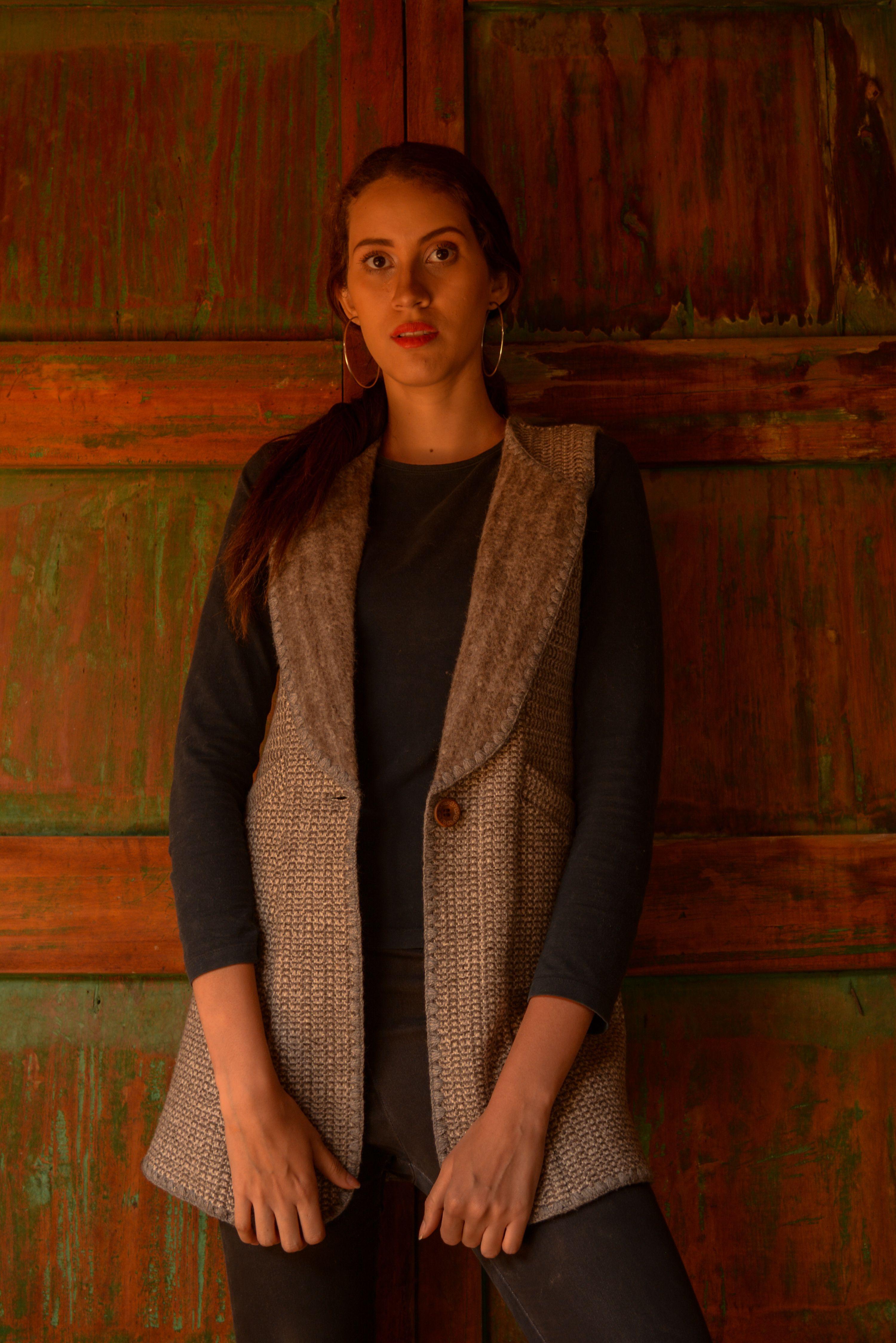Chaleco en lana tono natural gris
